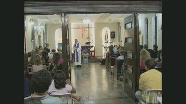 Duas missas foram celebradas em Santos, SP em homenagem ao cantor Chorão - Duas missas foram celebradas em Santos (SP) em homenagem ao cantor Chorão.