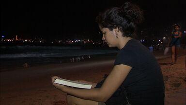 Depois de dois dias de fortes ondas, é possível voltar a caminhar na Beira Mar - Ondas fortes ainda podem ser vistas nesta quinta, de acordo com a Capitania dos Portos.