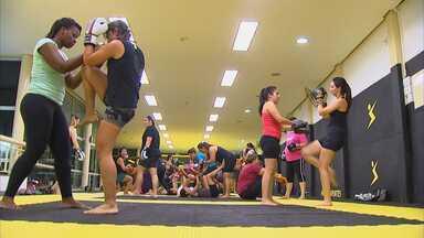 O MMA nas academias - O MMA vem ganhando seu espaço no meio esportivo. Antes segmentado, ou seja, apenas para quem já praticava alguma modalidade de luta, hoje um esporte que qualquer pessoa pode praticar.