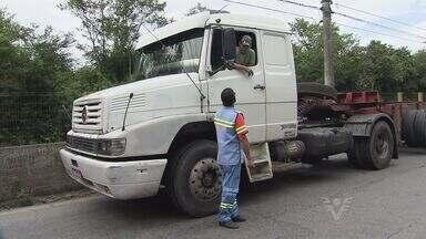 Cubatão proíbe entrada na cidade de caminhões com mais de dois eixos - Começou a valer nesta sexta-feira (15), em Cubatão, um decreto da Prefeitura que proíbe a entrada de caminhões acima de dois eixos em quase todos os acessos à cidade.