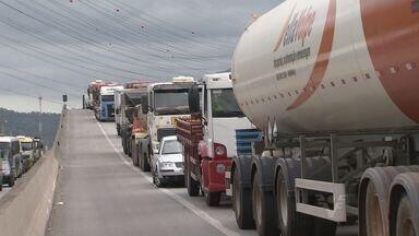 Cônego Domênico Rangoni tem mais um dia de congestionamento - Esta sexta-feira (15) foi mais um dia de congestionamento em Guarujá, na rodovia Cônego Domênico Rangoni.