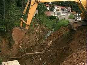 Obra de canalização de rio divide opiniões em bairro de Curitiba - Moradores já paralizaram a obra suas vezes. Alguns pedem a revitalização do rio, outros aceitam a canalização.