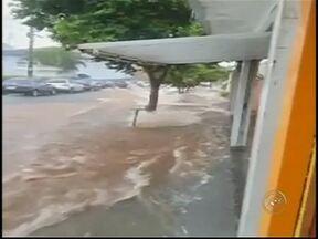 Chuva causa estragos e alaga várias avenidas de Bauru - Chove há mais de 20 horas na cidade, mas, o maior volume de água foi ontem à tarde. Por conta da tempestade de menos de uma hora, várias avenidas ficaram alagadas e houve queda de muro e estragos no asfalto.