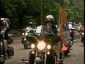 Praça da Catedral é ponto de encontro de motociclistas em Maringá - Mais de 500 motociclistas de todo país participam de encontro na cidade