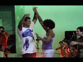Projeto na Zona Leste reúne mode, música e grafite - O Projeto Abayomi surgiu quando três amigas da Comunidade de Ermelino Matarazzo resolveram montar um ateliê para customizar roupas.