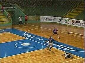 Foi dada a largada para o Campeoanto Paranaense de Futsal - A rodada começou ontem com dois jogos. A Associação Cascavelense goleou o São Lucas e o Foz Cataratas perdeu em casa para o Campo Mourão. Hoje tem mais cinco jogos.