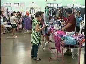 Comerciantes oferecem descontos de até 70% em feira de ponta de estoque - Feira faz parte do Festival do Jardim Alvorada, em Maringá