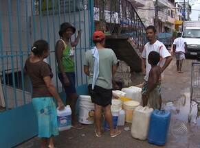 Moradores de Sussuarana Velha reclamam de falta d'água há nove dias - Eles contam que precisam acordar de madrugada para pegar água com baldes na parte mais alta do bairro.