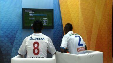 Na semana do clássico, Jogadores disputam CSA x CRB no videogame - Na véspera do maior clássico do futebol alagoano, jogadores de CSA e CRB fizeram uma prévia do duelo no videogame, esquetando o clima para a aguardada partida.