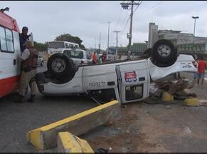 Carro da Secretaria da Educação capota no CAB nesta manhã - Condutor disse que foi fechado em uma curva e perdeu o controle da direção.