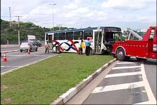 Ônibus, caminhão e carro se envolvem em acidente no Jardim Aracy, em Mogi das Cruzes - Um ônibus, um caminhão e um carro se envolveram em um acidente no Jardim Aracy, em Mogi das Cruzes. Os passageiros foram transferidos para outro ônibus e nenhum deles se feriu.