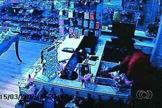 Joalheria é roubada em plena luz do dia, em Goiânia - Crime aconteceu no Setor Marista, um dos principais bairros de luxo de Goiânia. Câmeras do circuito interno de segurança registraram toda ação dos criminosos.