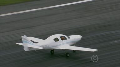 Piloto americano que faz voo solitário em busca de recorde pousa no Recife - Bill Harrelson quer fazer em dois meses a travessia de um polo ao outro do planeta. Primeira parada da aeronave foi na capital pernambucana.
