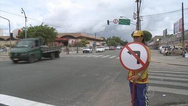 Trânsito na área do Arruda, no Recife, é modificado - Estão proibidos os giros à esquerda no cruzamento da Avenida Beberibe com a Professor José dos Anjos.