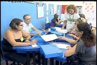 Professores de Macaé, RJ, participam do 'Pacto da pela Alfabetização` - Programa do Governo Federal quer alfabetizar crianças com até oito anos.Professores vão passar por treinamento para alcançar meta.