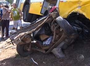 Três acidentes deixam sete feridos em Salvador neste sábado - Um dos acidentes mais graves aconteceu na Av. Dorival Caymmi, onde um carro foi parar embaixo de um ônibus.