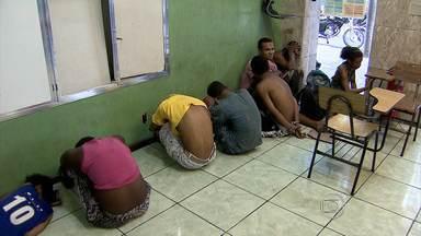 Mais de 20 são detidos por suspeita de tráfico de drogas em Belo Horizonte neste sábado - PM apreendeu cinco adolescentes.