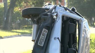 Acidente entre veículos deixa três feridos no Anel Rodoviário de Belo Horizonte - Um dos carros capotou.