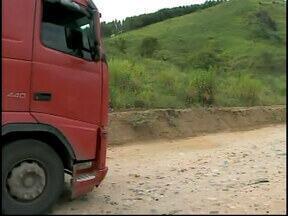 Motoristas reclamam de insegurança e péssimas condições de trecho da BR 116 - Há problemas de sinalização e até mesmo de assaltos em pontos da rodovia entre Muriaé e Fervedouro, MG