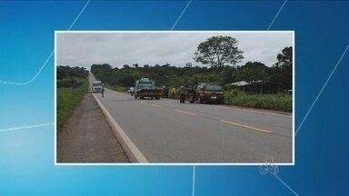 Acidente na BR-364 entre uma moto e caminhão deixa uma pessoa morta, em RO - Motociclista invadiu pista contrária e colidiu com carreta.