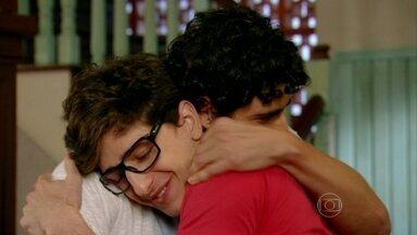 Nando perdoa Kiko - O filho de Roberta insiste que gostaria de ser amigo de Nando e os dois fazem as pazes