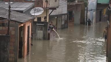 Chuva volta a alagar casas no bairro São Raimundo - A forte chuva que caiu em Manaus neste sábado (16) provocou o alagamento da Rua das Caçimbas, no bairro de São Raimundo.