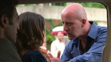 Almir impede Morena de falar com Lívia - Morena e Zyah estranham o comportamento do tal policial indicado por Helô