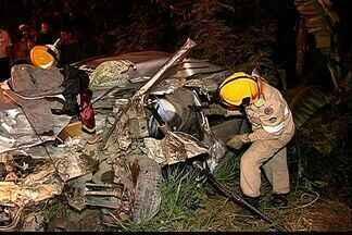 Duas pessoas morrem em grave acidente na BR-101, ES - Uma das vítimas era o motorista do carro que bateu de frente com uma carreta. Ele estava vindo de Rio Bananal, do enterro do pai.