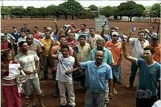 Usina de etanol começa a demitir funcionários, em Santa Helena, Goiás - A usina de etanol de Santa Helena, que teve a falência decretada no ano passado, começou a demitir funcionários. Os trabalhadores denunciam que a indústria não está fazendo o acerto.