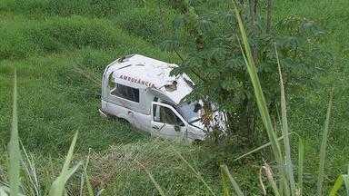 Ambulância cai em ribanceira no Cabo de Santo Agostinho e deixa duas pessoas feridas - Veículo quebrou parte da contenção da rodovia e só parou lá embaixo.