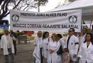 Médicos fazem reivindicação durante aniversário de Aracaju (SE) - Os médicos, que são servidores municipais da capital, aproveitaram os festejos pelo aniversário de Aracaju e fizeram um ato público contra a falta de reajuste salarial.