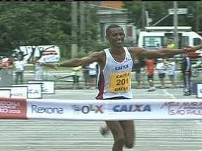 Brasileiro vence a Meia Maratona de São Paulo - O mineiro Giovani dos Santos liderou a prova de ponta a ponta. No feminino, a vencedora foi Sara Makera, da Tanzânia. A brasileira melhor colocada foi Sueli Pereira, que acabou em terceiro lugar.