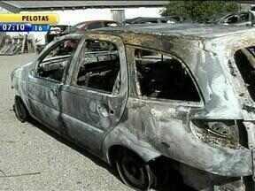 Taxista de Pelotas sofre sequestro-relâmpago e tem carro queimado - Taxista foi abordado por um casal, que o levaram para uma cilada.