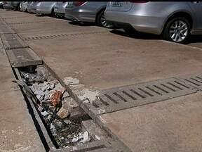 Calçadas quebradas e ferros expostos colocam em risco pedestres e motoristas na rodoviária - A Novacap informou que vai lançar um edital em abril para recuperar calçadas e meios-fios da área central de Brasília.