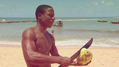 """""""Isso É Coisa DA Bahia?"""" - As imagens de coco, da água do coco e do coqueiro, são a cara da Bahia. Será que são genuinamente baianos? Silvia Resende pesquisa a origem do coco."""