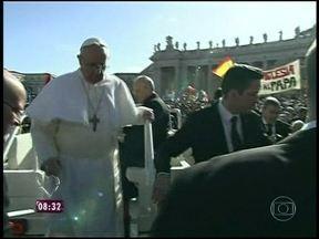 Novo Papa mostra humildade e chega à praça São Pedro em carro branco aberto - A presidente Dilma Rousseff dá um aperto de mão e fala rapidamente com ele