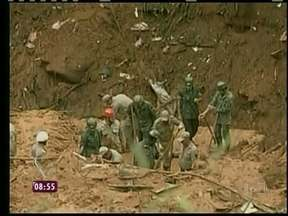 Bombeiros ainda trabalham no resgate de sobreviventes em Petrópolis - A chuva já matou 27 pessoas, mais de 18 estão feridas e 1.466 estão desalojadas e desabrigadas