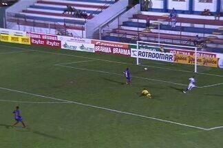 GOOOL DO FORTALEZA! - Esley toca na saída de Fábio Lima e abre o marcador no Pici.