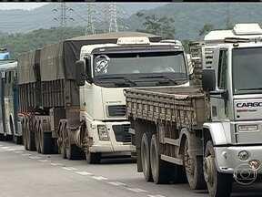 Brasil tem uma das mais elevadas taxas de frete de alimentos do mundo - As filas de caminhões para chegar ao Porto de Santos estão grandes. São cerca de 24 km de congestionamento, cerca de 10 horas de espera até chegar ao porto. O preço da frede de transporte de alimentos no brasil é de US$ 98.