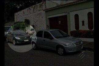 Motorista protesta por não conseguir entrar com o carro na garagem - Motorista protesta por não conseguir entrar com o carro na garagem