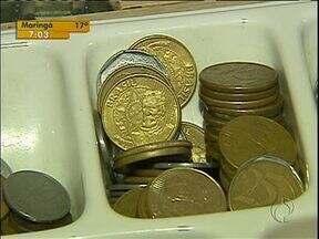 Falta de moedas e cédulas de baixo valor complica vida de comerciantes - O hábito de guardar moedas em casa provoca a escassez nos caixas das lojas.
