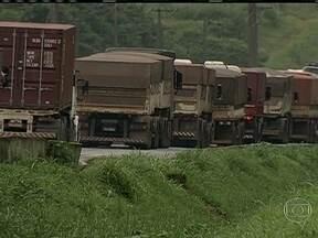 Fila de caminhões no Porto de Santos causa prejuízo - A enorme fila de caminhões bate recorde e chegou a 34 km na quarta-feira (20) nos terminais portuários de Guarujá. Empresa chinesa decidiu cancelar pedido por causa do atraso na entrega.