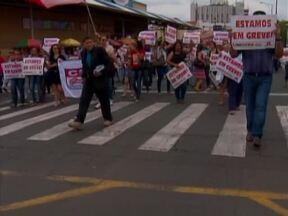 Há um mês servidores da Prefeitura de Teresina estão em greve - A cobrança também é por reajuste salarial e definição do plano de cargos e salários.