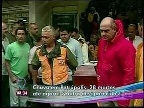 Bombeiro fica soterrado depois de tentar salvar vítimas da chuva em Petrópolis - Ele coloca a vida em risco e lamenta não ter conseguido salvar uma criança e o pai