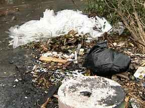 Descarte errado do lixo aumenta problema de alagamentos em São Paulo - A Prefeitura de São Paulo disse que vai aumentar o trabalho de limpeza de bocas de lobo e de galerias em todas as regiões. É uma operação para garantir que a água da chuva não provoque alagamentos. Mas isso também depende de como o lixo é descartado.