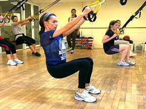 Fazer exercícios físicos diminui os efeitos da TPM - E a atividade física pode ficar mais divertida quando sai da rotina. Há academias que investem nas aulas com elástico suspenso e dança na esteira. Estes exercícios forçam o equilíbrio e priorizam glúteos, pernas e braços.