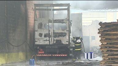 Incêndio destrói parte de um galpão em São José dos Campos (SP) - A polícia investiga se no local funcionaria um desmanche clandestino.