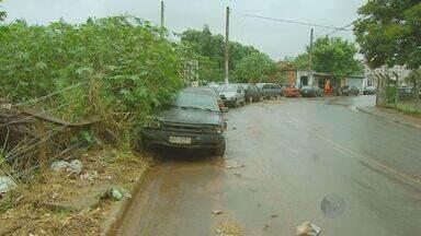 Calçada é usada como estacionamento por oficina de veículos em Campinas - Uma telespectadora denuncia que uma oficina de veículos no San Martin, em Campinas (SP), estaciona os carros em manutenção nas calçadas do bairro. Além disso, diversos pontos das ruas são cobertas por lixo e entulho, segundo ela.