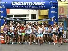 Corrida reúne mais de mil atletas em Apucarana - Muita disposição em mais uma etapa do circuito Sesc de provas de rua.