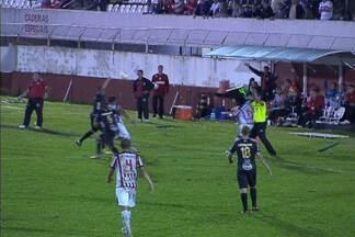 Árbitro dá com a placa de substituição na cabeça de jogador do Paulista - Para piorar a vida do atleta, a Ponte Preta ainda ganhou o jogo.
